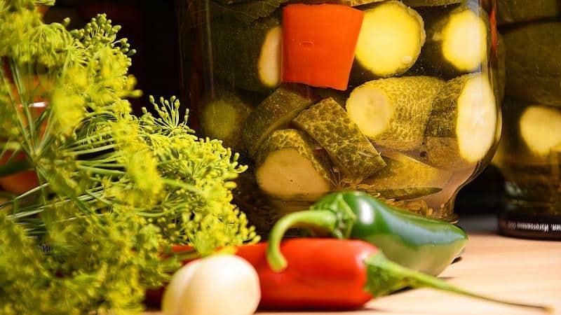 Как заготовить маринованные огурцы дольками на зиму: лучшие рецепты