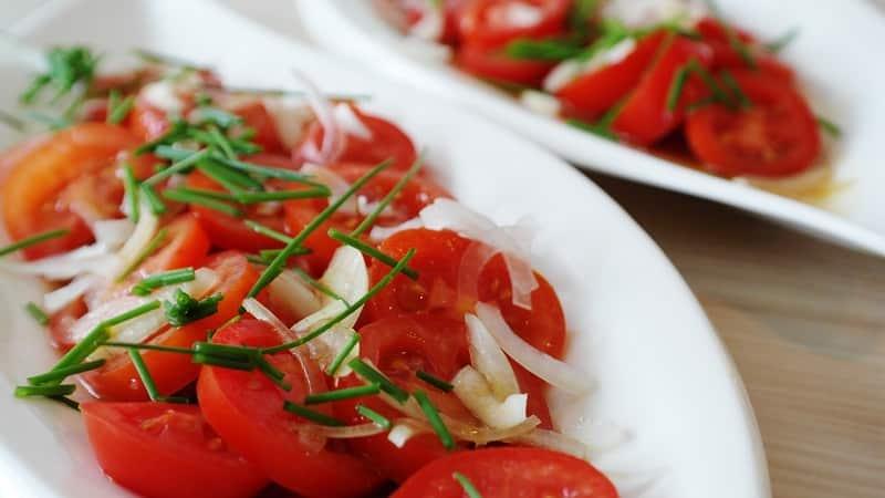 """Замечателен в свежем виде и так же хорош в консервации - томат """"Лакомка черная"""" и азы выращивания этого сорта"""