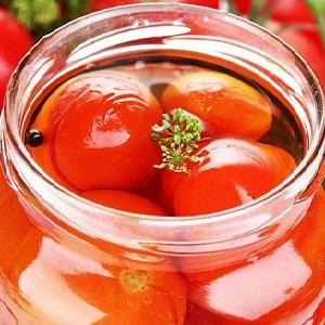 """Как правильно приготовить соленые помидоры в банках """"Как бочковые"""" холодным способом: рецепты и полезные советы"""