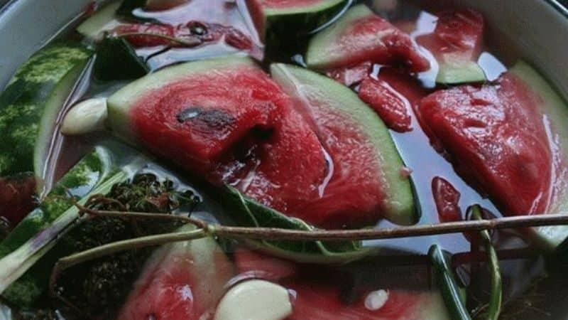 Как посолить арбузы в кастрюле кусочками быстро, просто и вкусно
