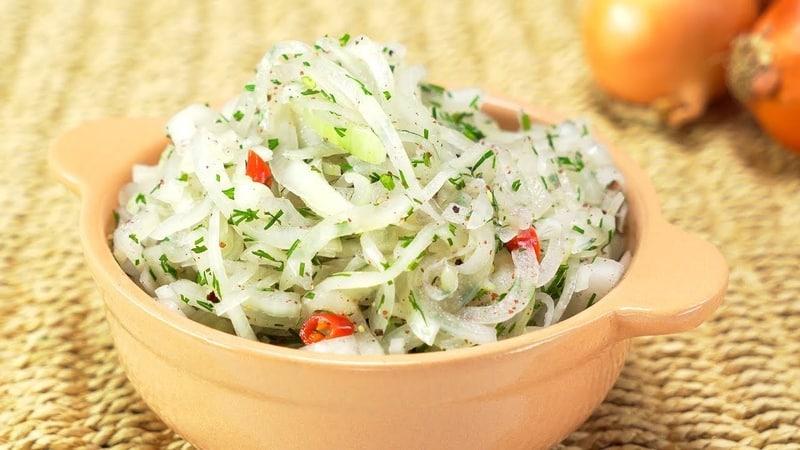 Доступные, быстрые и вкусные способы, как сделать маринованный лук к шашлыку, селедке и салату