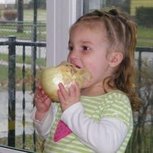 С какого возраста детям дают лук