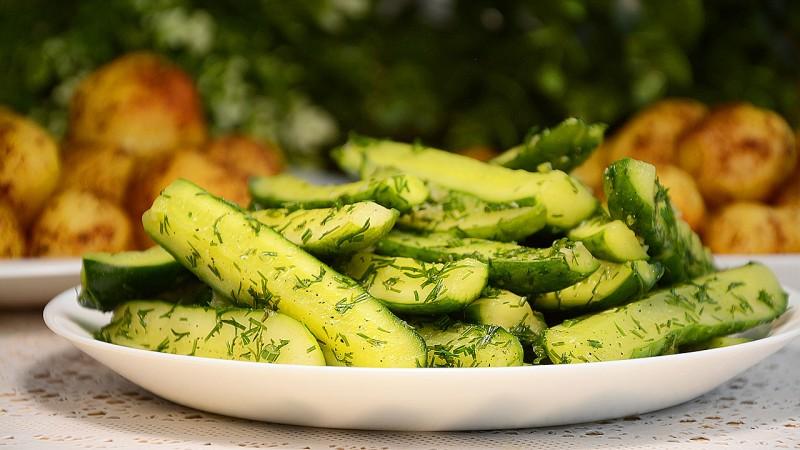 Вкуснейшие хрустящие малосольные огурцы: как приготовить с холодным рассолом