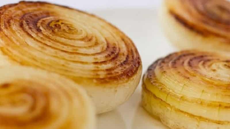 Как приготовить печеный лук для вытягивания гноя и использовать его правильно