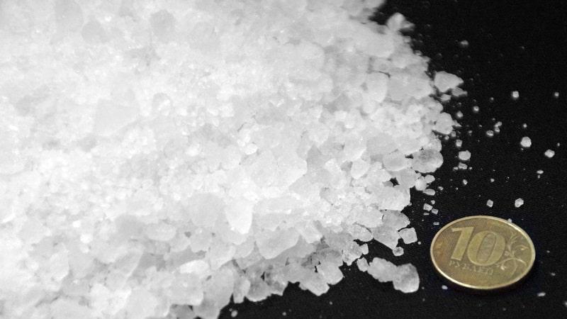 Делаем заготовки правильно: какой солью солить капусту лучше всего
