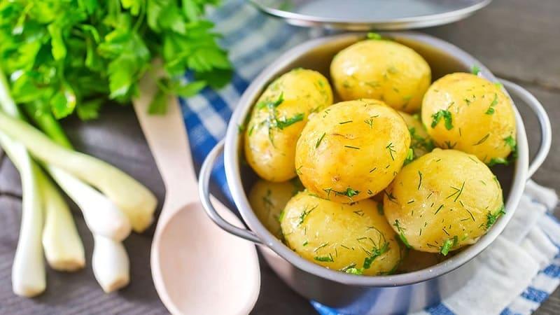 Что делать, если клубни картофеля при варке становятся рассыпчатыми, и почему так происходит