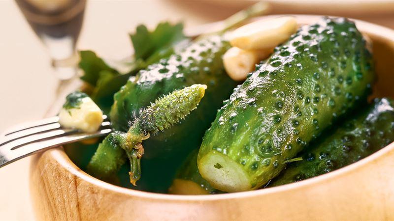 Классический рецепт малосольных огурчиков в кастрюле с горячим рассолом