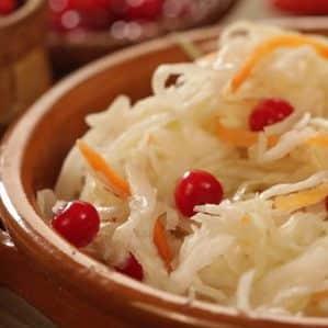 Как правильно приготовить квашеную капусту с брусникой