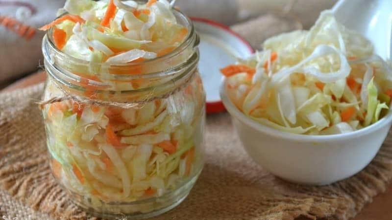 Вкусные рецепты маринованной капусты в банках с яблоками на зиму, которые съедаются моментально