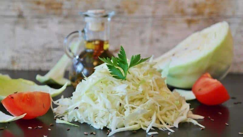Простые, но вкусные способы засолки капусты без рассола и особенности её хранения