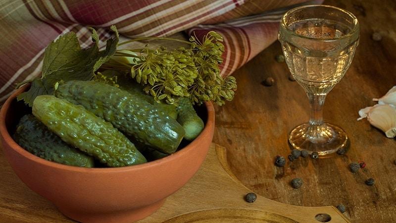 Рецепт вкуснейшей закуски на зиму: хрустящие маринованные огурцы с водкой