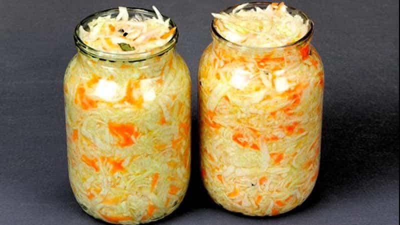 Как быстро приготовить капусту с чесноком в горячем рассоле