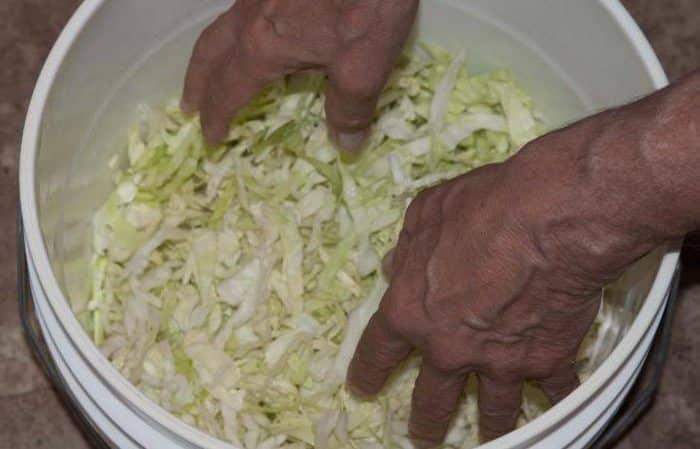 Можно ли квасить и солить капусту в пластиковом ведре для пищевых продуктов и прочей пластмассовой посуде