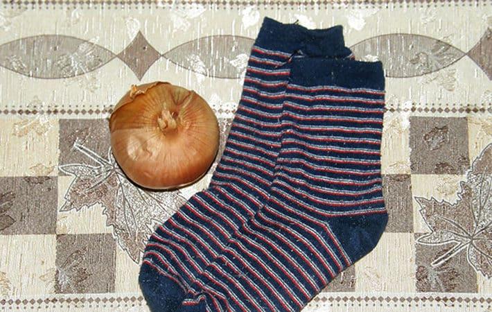 Использование лука в носках в лечебных целях