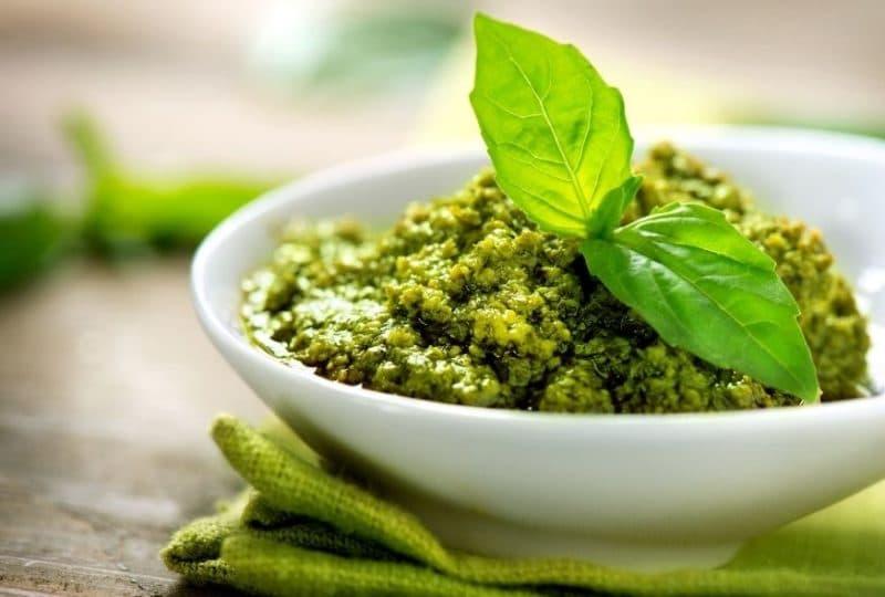 Можно ли есть базилик при грудном вскармливании, польза и вред зелени